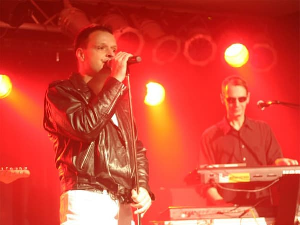 Jonny singt und Mario macht den Andrew Fletcher